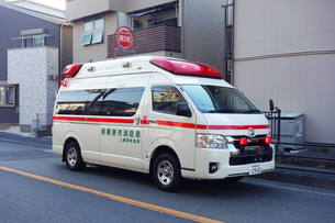 出動する救急車の写真素材 [FYI04485394]