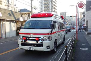 出動する救急車の写真素材 [FYI04485397]