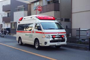 出動する救急車の写真素材 [FYI04485401]