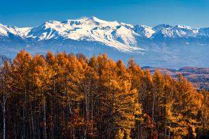 晩秋の就実の丘から十勝岳を望む 北海道旭川の写真素材 [FYI04485418]