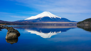 山中湖畔から富士山(逆さ富士) の写真素材 [FYI04485423]