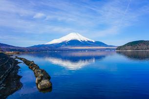 山中湖畔から富士山(逆さ富士) の写真素材 [FYI04485428]