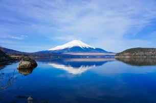 山中湖畔から富士山(逆さ富士)の写真素材 [FYI04485432]