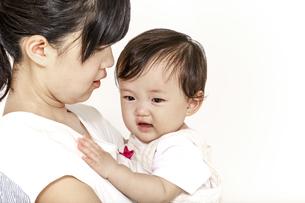 お母さんに抱かれ甘える赤ちゃんの写真素材 [FYI04485994]