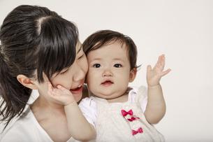 赤ちゃんと顔を付け笑顔のお母さん。母性、愛情、幸せ、育児イメージの写真素材 [FYI04485997]