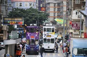 香港・ワンチャイ(湾仔)の街を行く路面電車トラム。トラムは英国植民地時代から走り続ける香港庶民の足の写真素材 [FYI04486006]