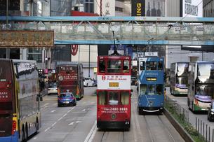 香港・ワンチャイ(湾仔)の街を行く路面電車トラム。トラムは英国植民地時代から走り続ける香港庶民の足の写真素材 [FYI04486009]