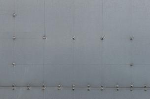 鉄の壁に打ち込まれた鋲の写真素材 [FYI04486237]