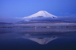 山中湖から眺める未明の日本100名山 富士山の写真素材 [FYI04486239]