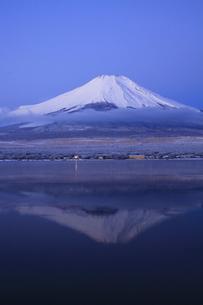 山中湖から眺める未明の日本100名山 富士山の写真素材 [FYI04486240]