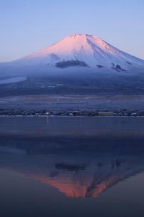 山中湖から眺める紅富士 日本100名山冬の富士山の写真素材 [FYI04486241]