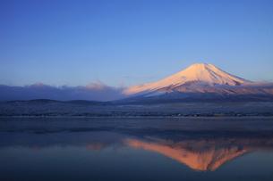 山中湖から眺める紅富士 日本100名山冬の富士山の写真素材 [FYI04486243]