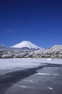山中湖から眺める日本100名山 冬の富士山の写真素材 [FYI04486246]
