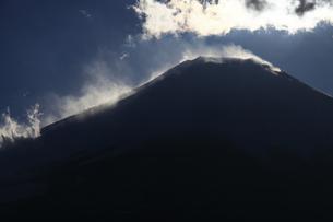 地吹雪舞う厳冬の富士山 日本100名山の写真素材 [FYI04486252]