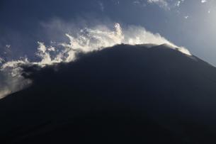 地吹雪舞う厳冬の富士山 日本100名山の写真素材 [FYI04486253]