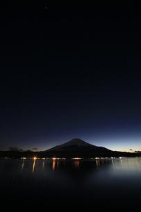 山中湖から眺める薄暮の日本100名山 富士山の写真素材 [FYI04486254]
