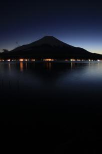 山中湖から眺める薄暮の日本100名山 富士山の写真素材 [FYI04486255]