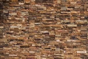 背景素材としての肌理の粗い石積みの壁の写真の写真素材 [FYI04486274]