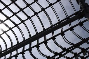 沢山の送電線が幾重にも繋がれている抽象的な背景素材用写真の写真素材 [FYI04486275]