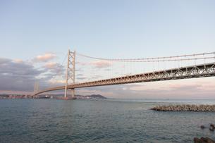 うっすらと夕焼け色に染まる明石海峡大橋の写真素材 [FYI04486289]