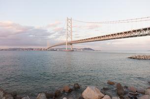 うっすらと夕焼け色に染まる明石海峡大橋の写真素材 [FYI04486290]