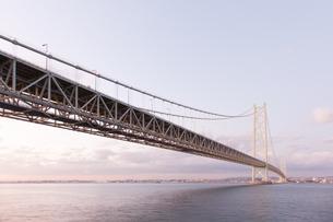 うっすらと夕焼け色に染まる明石海峡大橋の写真素材 [FYI04486291]