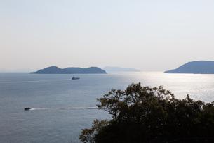 船が行きかう瀬戸内海の島々の写真素材 [FYI04486299]