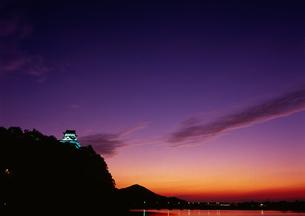 木曽川の夕景に浮かび上がる犬山城の写真素材の写真素材 [FYI04486431]