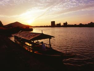 犬山 夕暮れの鵜飼船の写真素材の写真素材 [FYI04486433]