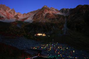 北アルプス紅葉の穂高岳 涸沢から眺める朝焼けの北穂高岳の写真素材 [FYI04486441]