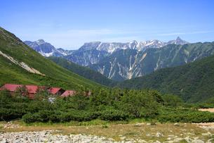 常念岳付近から眺める槍ヶ岳と穂高岳の写真素材 [FYI04486517]