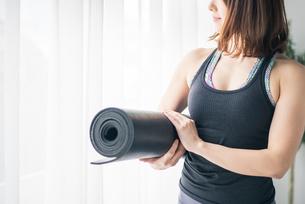 Woman holding a yoga mat.の写真素材 [FYI04486698]