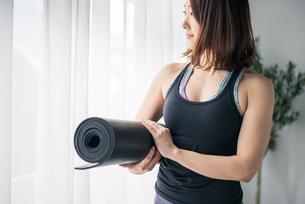 Woman holding a yoga mat.の写真素材 [FYI04486699]