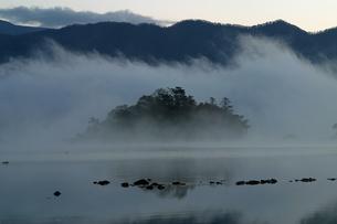 10月 裏磐梯の檜原湖の写真素材 [FYI04486727]