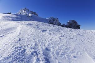 厳冬の雪景色と宝剣岳の写真素材 [FYI04486759]