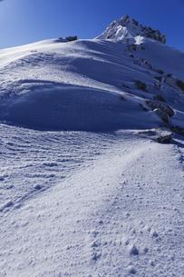 厳冬の雪景色と宝剣岳の写真素材 [FYI04486760]