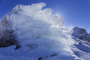 厳冬の海老の尻尾と雪煙舞う宝剣岳の写真素材 [FYI04486763]