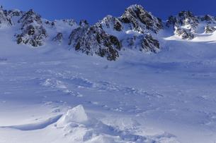 午後の千畳敷カールから雪崩のデブリと宝剣岳の写真素材 [FYI04486764]