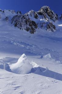 午後の千畳敷カール、雪崩のデブリと宝剣岳の写真素材 [FYI04486765]