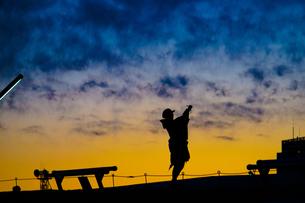 横浜みなとみらい大さん橋の夕暮れとシルエットの写真素材 [FYI04486851]