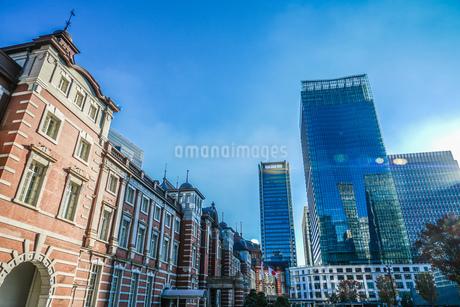東京駅とビジネス街のオフィスビルの写真素材 [FYI04486886]