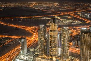 ブルジュ・ハリファの展望台から見えるドバイの夜景の写真素材 [FYI04486917]