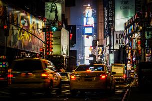 ニューヨーク・タイムズスクエア(TimesSquare)の夜景の写真素材 [FYI04486928]
