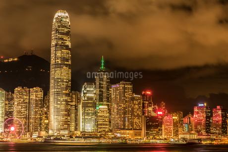 ビクトリア・ハーバーから見える香港の夜景の写真素材 [FYI04486931]