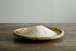 笊に乗せた米の写真素材 [FYI04487029]