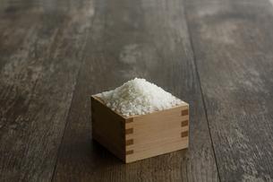 升に入った米の写真素材 [FYI04487043]