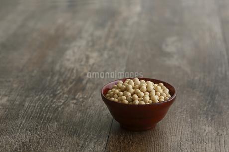 器に盛った大豆の写真素材 [FYI04487045]