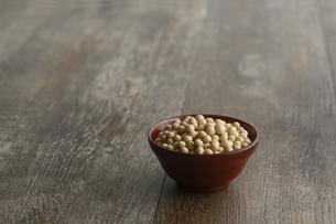 器に盛った大豆の写真素材 [FYI04487047]