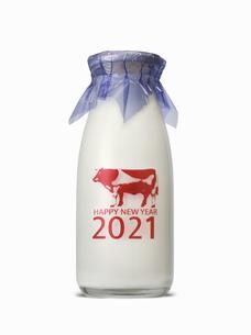丑年の年賀 牛乳瓶のイメージの写真素材 [FYI04487193]