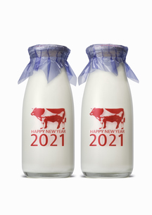 丑年の年賀 牛乳瓶のイメージの写真素材 [FYI04487194]